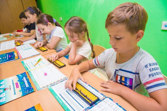 Дети в классе учатся считать на счётах соробан