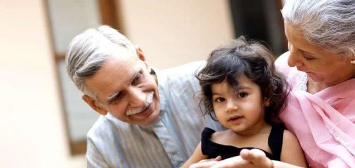 Индийский ребёнок с бабушкой и дедушкой