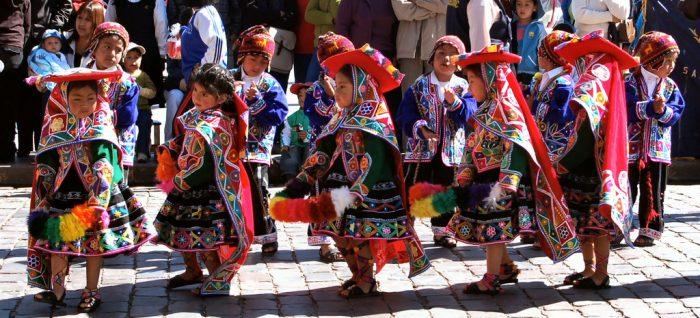 Перуанские дети танцуют