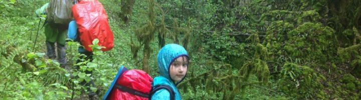 девочка в походе