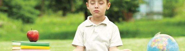 Мальчик сидит в позе спокойствия Сукхасана