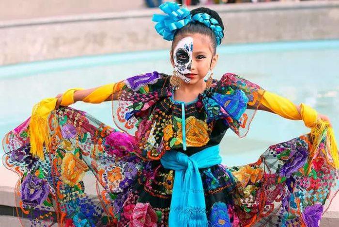 Мексиканская девочка в карнавальном платье