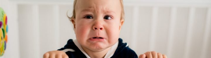 малыш плачет в кроватке
