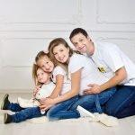 Беременная мама, папа и двое детей