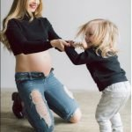 Беременная мама играет с дочкой
