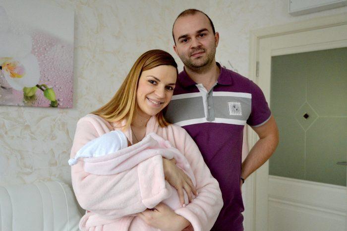 Муж и жена в роддоме с малышом