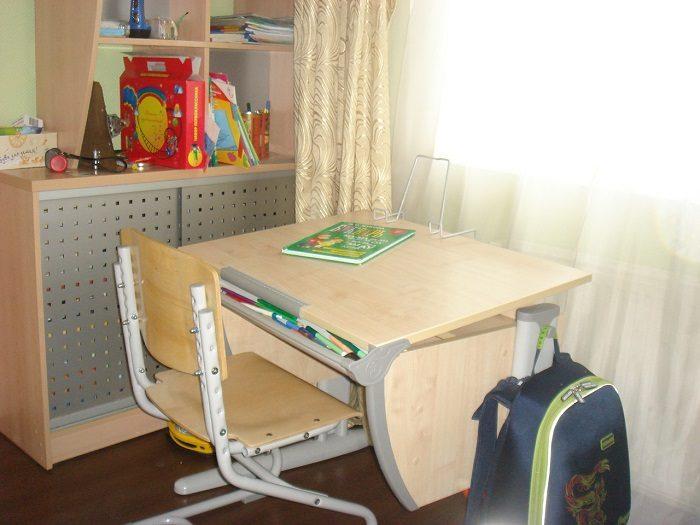 Растущий стол и стул в детской комнате