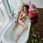 Обнаженная беременная в ванной