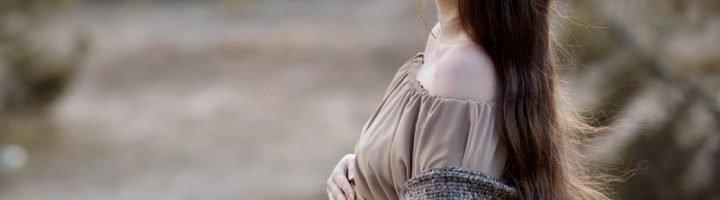 Беременная женщина на фоне природы