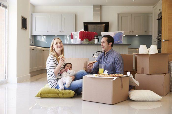 Семья на кухне, кругом нераспакованные коробки