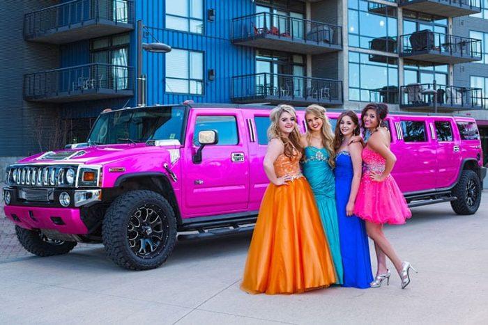 Выпускницы на фоне розового лимузина