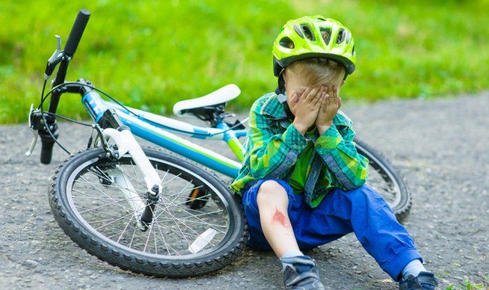 Ребёнок плачет из-за падения