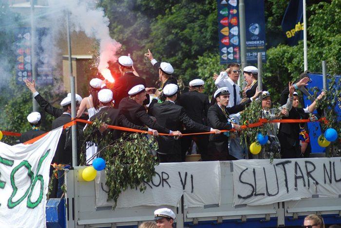 шведские выпускники едут в грузовиках