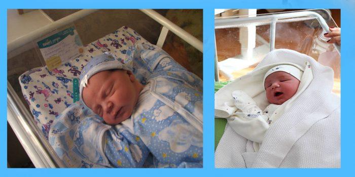 новорождённые в одежде спят