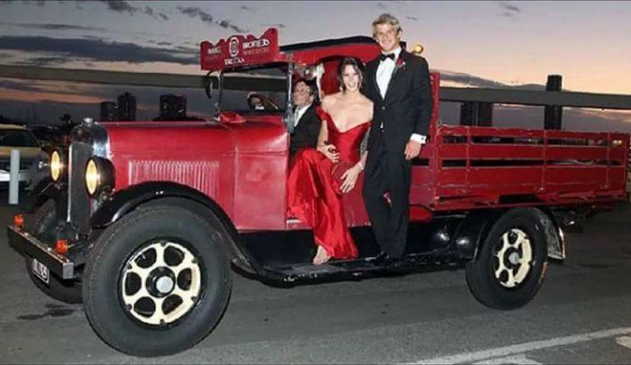 Парень и девушка на грузовике