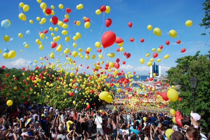 Школьники и выпускники запускают воздушные шары в небо