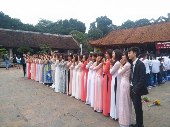 Вьетнамские выпускники стоят в ряд
