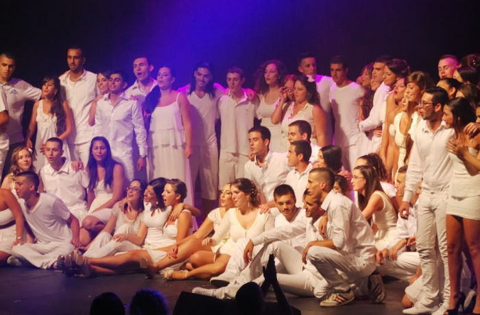 Юноши и девушки поют