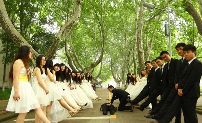 Юноши и девушки стоят в два ряда напротив друг друга