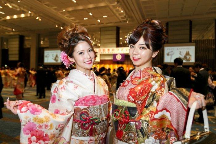 Две девушки японки в кимоно