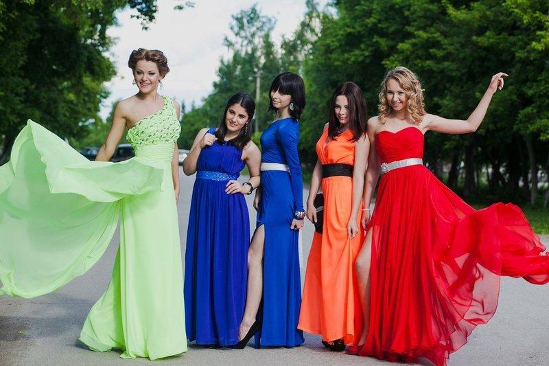Обсыпание мукой и разрезание одежды: как празднуют выпускной в разных странах