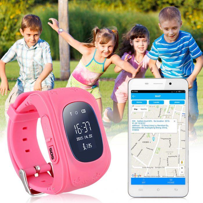 Смартфон показывает на экране местоположение часов с трекером