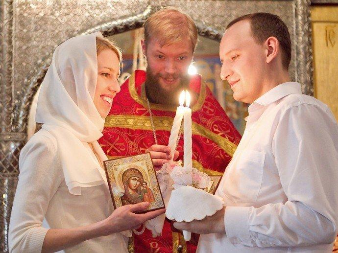 Батюшка венчает молодую пару