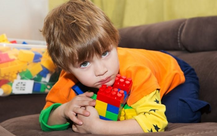 Ребёнок прижимает к себе игрушки