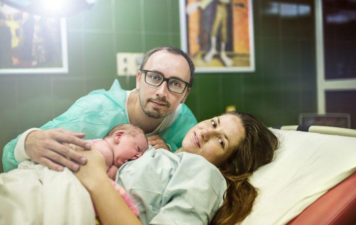 мама и папа с малышом в роддоме