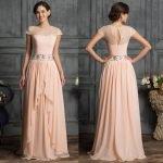 Девушка в длинном выпускном платье персикового цвета