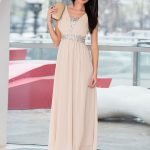 Девушка в длинном платье бежевого цвета