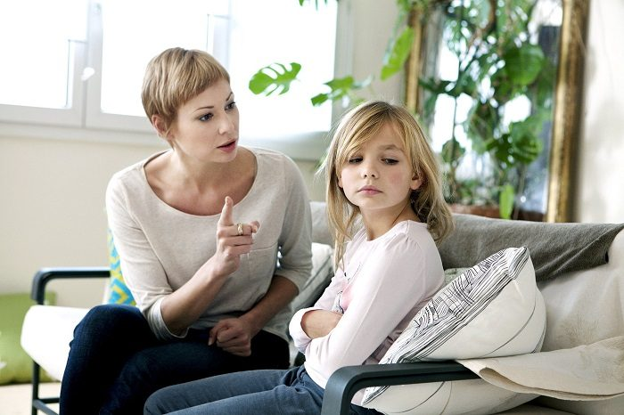 Мать что-то вычитывает дочери, та обиженно отворачивается