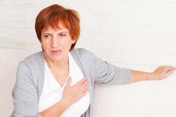Женщина хватается за сердце
