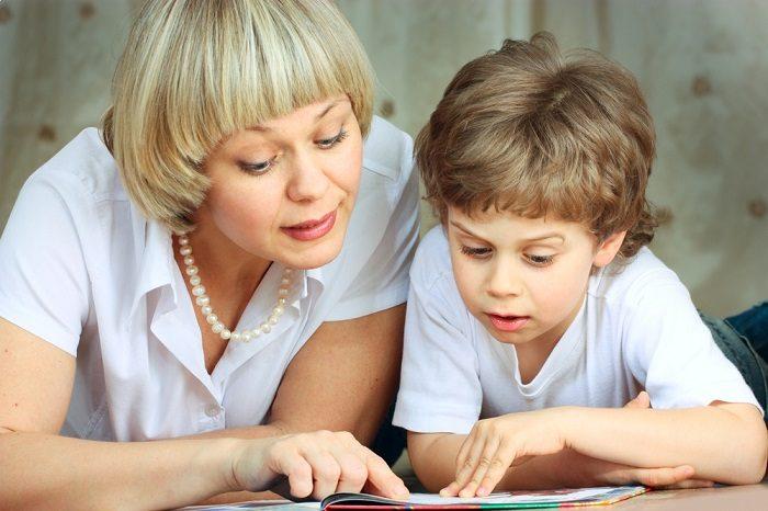 Мама с сыном что-то читают в книге