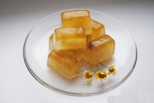 Ледяный кубики из настоя ромашки