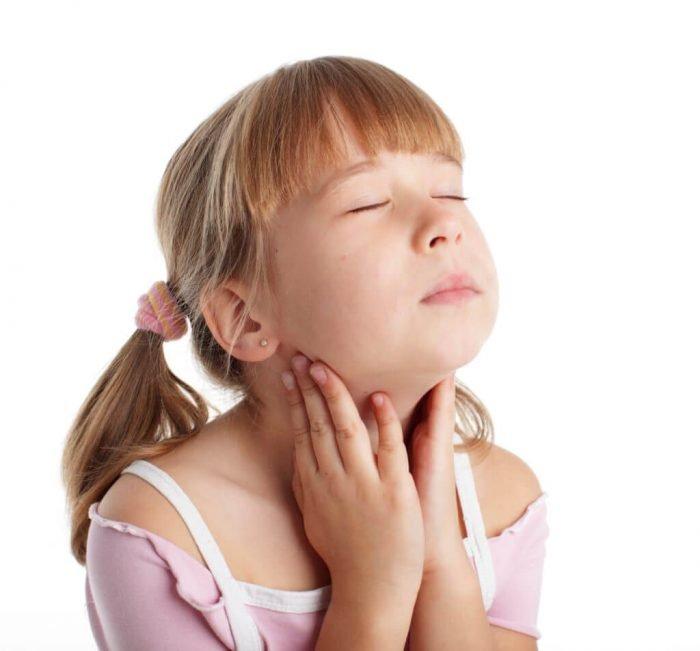 Боль в горле у девочки