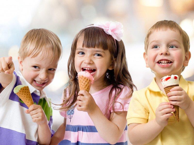 Ледяные напитки и много мороженого: способы закаливания горла ребёнку