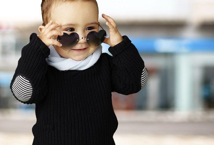 На мальчике очки с линзами в виде сердечек