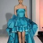 Девушка в голубом платье с асимметричной юбкой