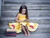 Девочка сидит на бетонных ступеньках