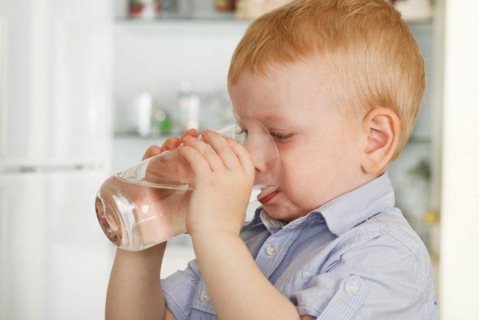 Мальчик пьёт воду