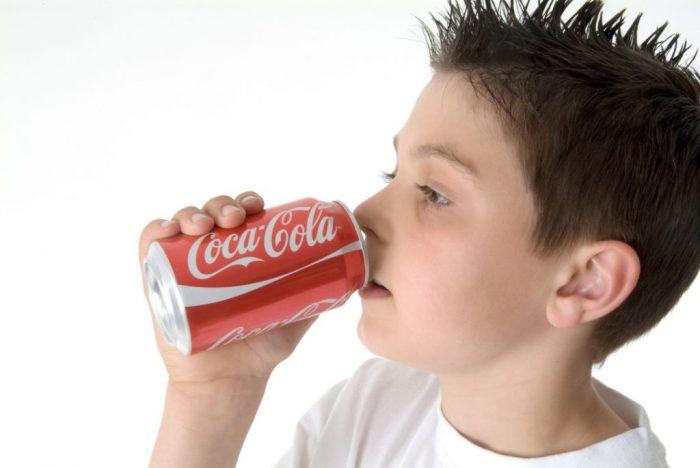 Ребёнок пьёт «Кока-колу»