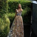 Девушка в романтическом платье с цветами