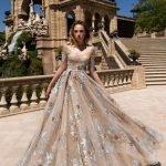 Девушка в длинном платье с пышной юбкой