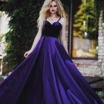 Девушка в фиолетовом выпускном платье из королевского атласа