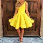 Девушка в жёлтом платье с юбкой солнце