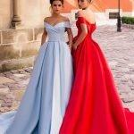 Две девушки в голубом и красном длинных выпускных платьях