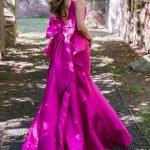 Девушка в длинном шёлковом платье с бантом на спине