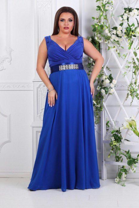 Девушка в шёлковом синем платье в пол