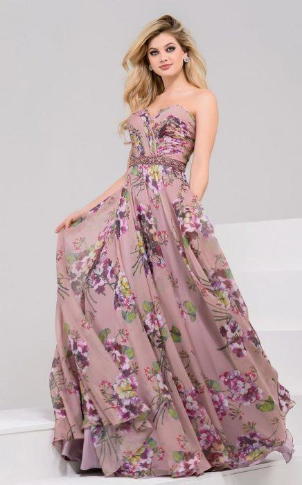 Девушка в длинном шифоновом платье с открытыми плечами
